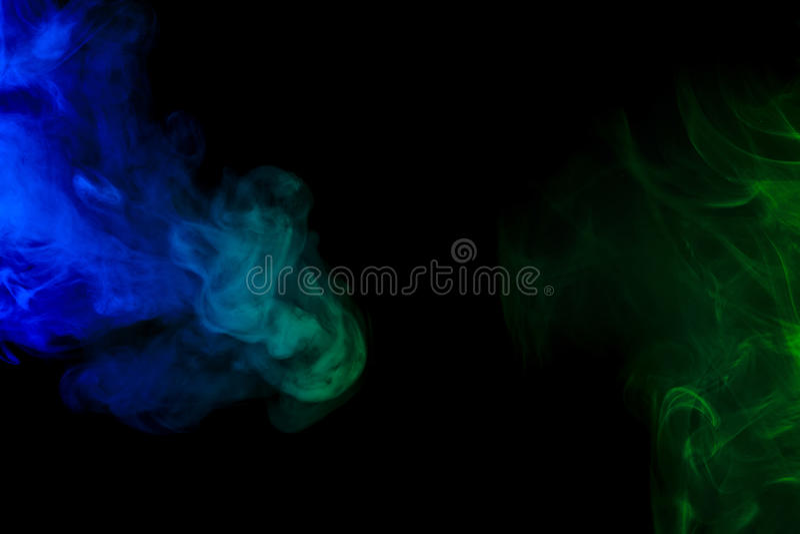 Abstrakcjonistyczny błękitny i zielony dymny nargile na czarnym tle zdjęcie royalty free