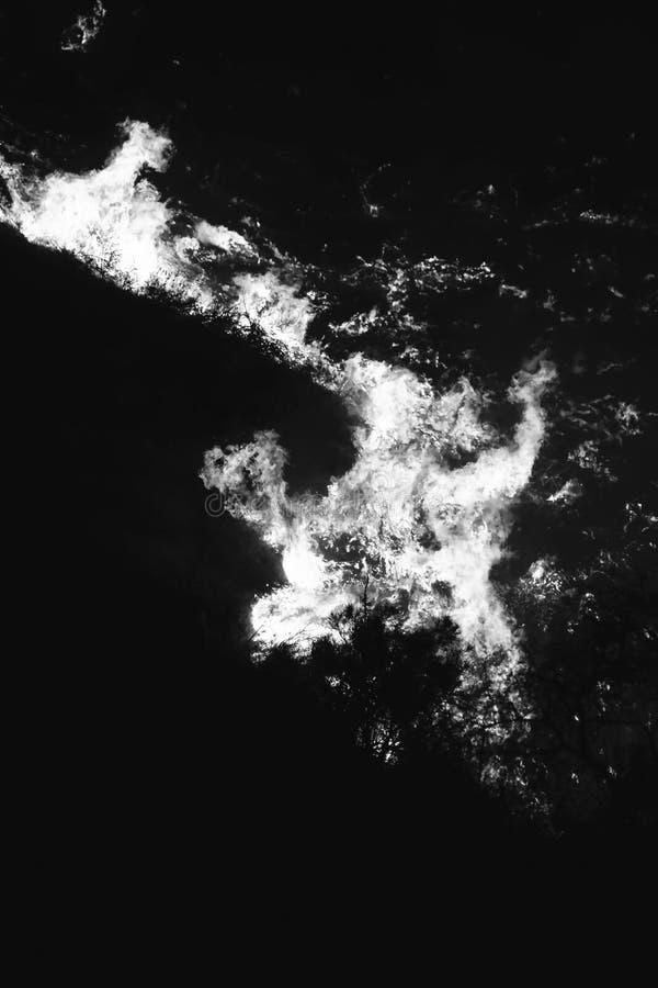 Abstrakcjonistyczny Czarny I Biały zakończenie W górę płomieni przy nocą Tworzy kształty w Kalifornia ogieniu obrazy royalty free