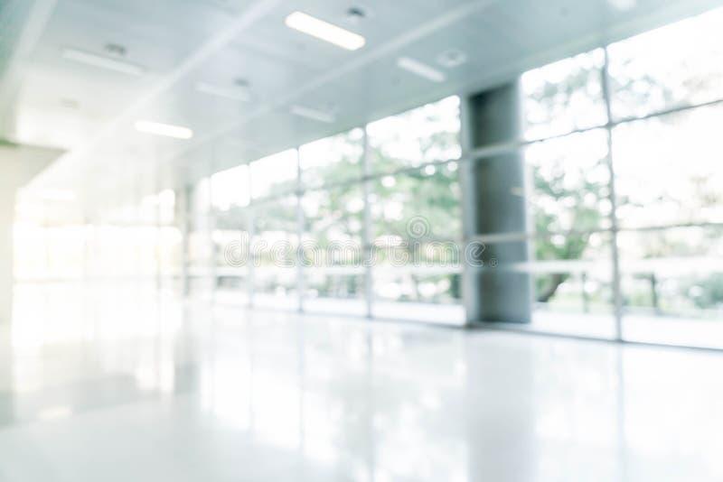 abstrakcjonistyczny defocused w pustym budynku biurowym z szkłem i plama zdjęcie stock