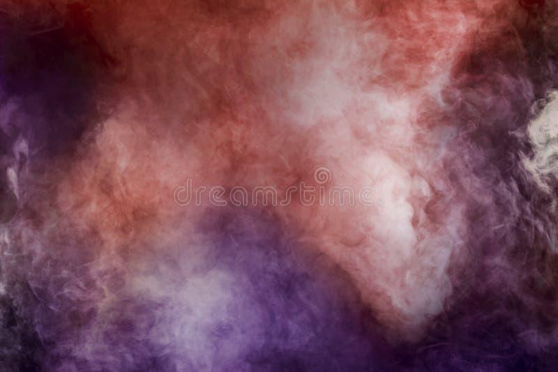 Abstrakcjonistyczny dym odizolowywający bielu koloru menchii purpur i czerwieni tło zdjęcia royalty free