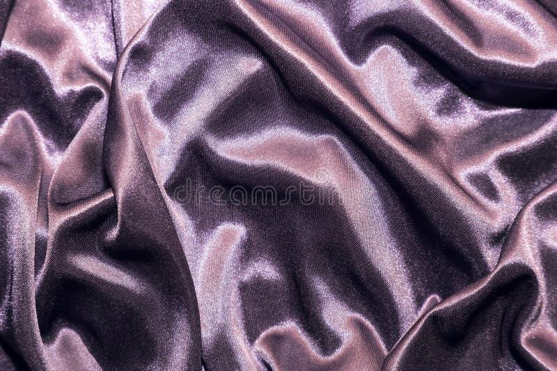 Abstrakcjonistyczny elegancki jedwabniczy atłasowy purpurowy fiołkowy tło z głównymi atrakcjami z miękką tkaniny teksturą obraz stock