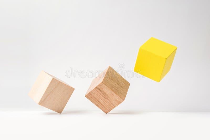 Abstrakcjonistyczny geometryczny istny drewniany sześcian z surrealistycznym układem na białym podłogowym tle symbol przywódctwo, zdjęcie stock