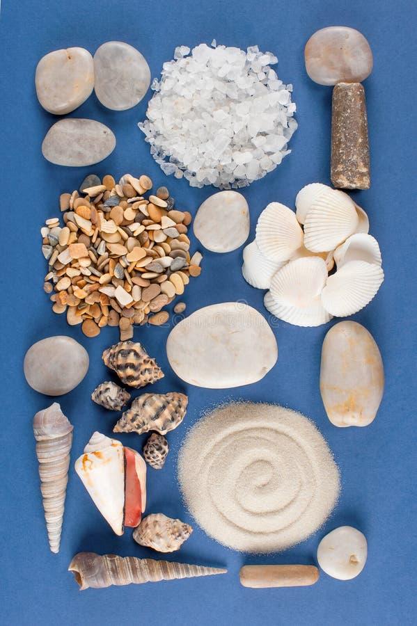 Abstrakcjonistyczny geometryczny wzór różnorodne morze skorupy, piasek i kamień, fotografia stock