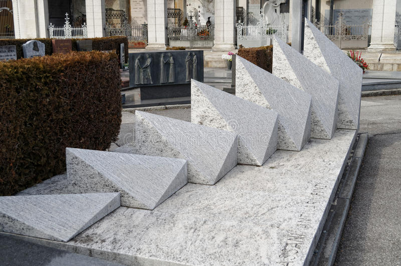 Abstrakcjonistyczny gravestone w chrześcijańskim cmentarzu w Lugano, Szwajcaria zdjęcie royalty free