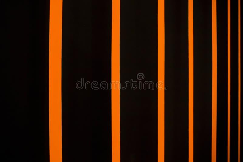 Abstrakcjonistyczny jaskrawy pasiasty tło w czerni i pomarańcze Barwić vertical story zdjęcia royalty free