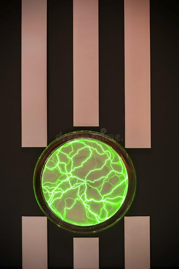 Abstrakcjonistyczny jaskrawy pionowo graficzny czarny tło z lampasami a zdjęcia stock
