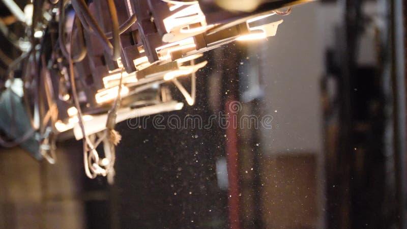 Abstrakcjonistyczny oświetlenie, pył, cząsteczka i świecenie na ciemnym tle, Pył od lekkiego światła reflektorów zdjęcia royalty free