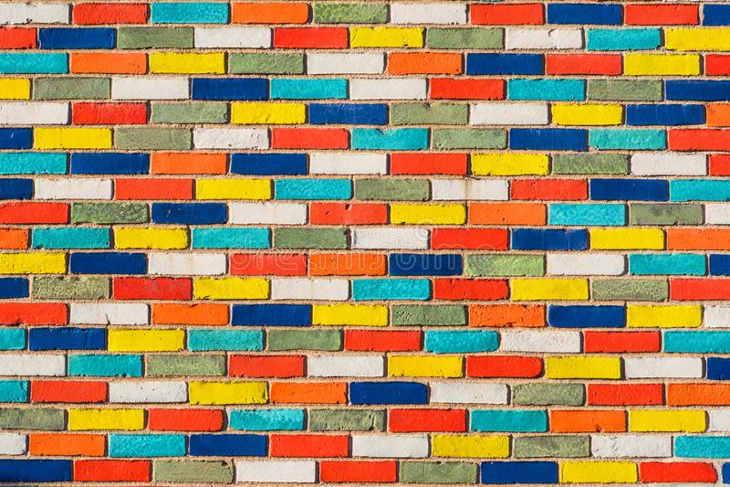 Abstrakcjonistyczny obrazek ściana z kolorowymi cegłami Tło kamienny miastowy projekt zdjęcie stock