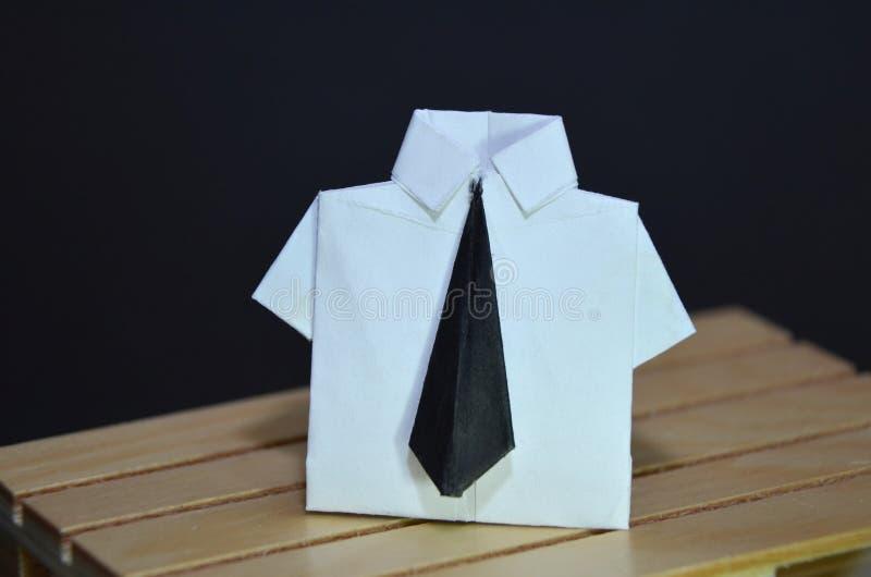 Abstrakcjonistyczny pojęcie urzędniczy pracownik z origami czarnym krawatem i kostiumem zdjęcia royalty free