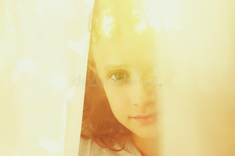 Download Abstrakcjonistyczny Portret Rozważna Mała Dziewczynka Blisko Okno Retro Filtrujący Wizerunek Obraz Stock - Obraz złożonej z dążenie, piękny: 57670643