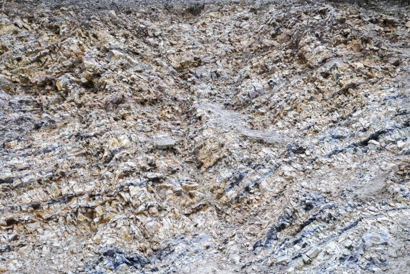 Abstrakcjonistyczny przemysłowy tło z teksturą powierzchnia rozsypisko naturalny barwiący kamień, zdruzgotany kamień, zdjęcie royalty free