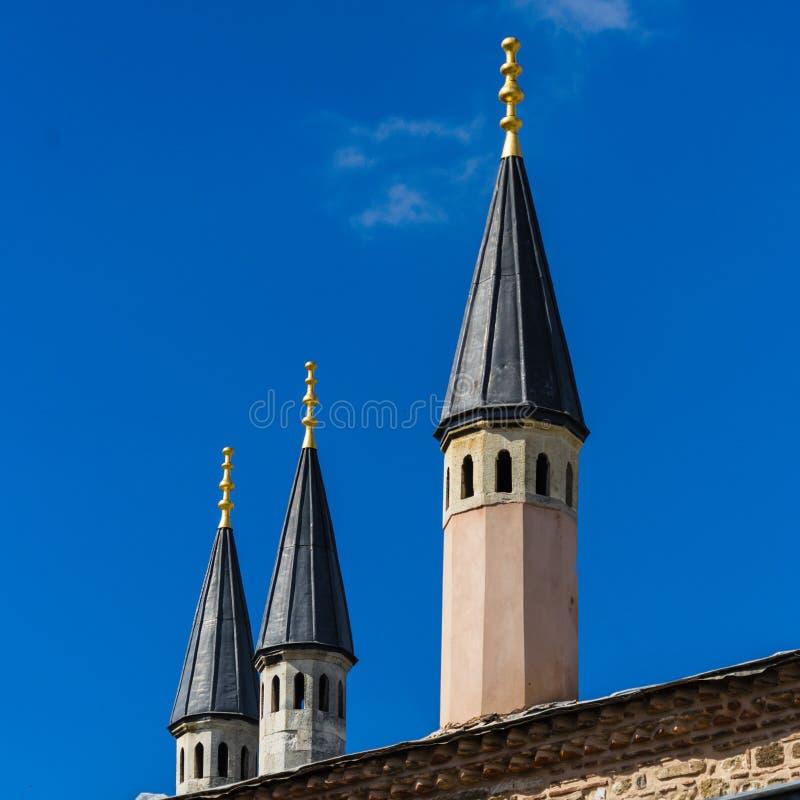 Abstrakcjonistyczny przyglądający przesmyk wskazujący góruje na historycznym budynku w Istanbuł obraz royalty free