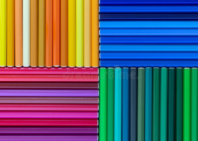 Abstrakcjonistyczny skład z drewnianymi barwionymi ołówkami kolorowymi obraz royalty free