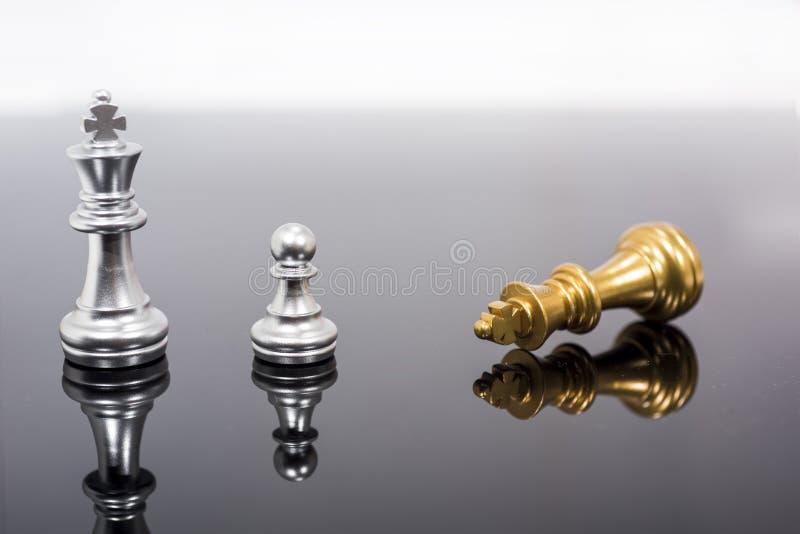 Abstrakcjonistyczny sk?ad szachowe postacie Odosobniony szachy na czerni lustrze fotografia royalty free