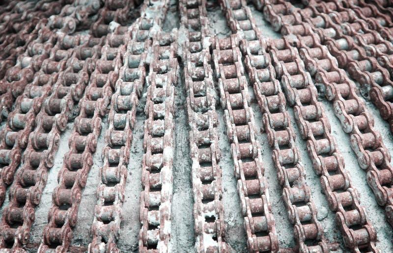 Abstrakcjonistyczny stary motocyklu rolownika łańcuch z ośniedziały dekoracyjnym na betonowej teksturze dla tła zdjęcie stock