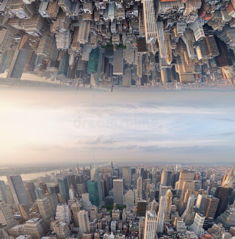 Abstrakcjonistyczny surrealistyczny do góry nogami widok miasto linia horyzontu fantastyka naukowa concep zdjęcie stock