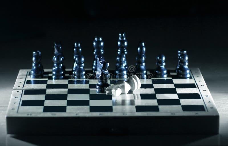 Abstrakcjonistyczny szachowy sk?ad na gemowej desce poj?cie pora?ka fotografia stock
