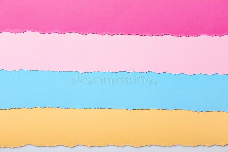 Abstrakcjonistyczny tło barwiący lampasy poszarpany kartonowy lying on the beach horizontally, odgórny widok ilustracji