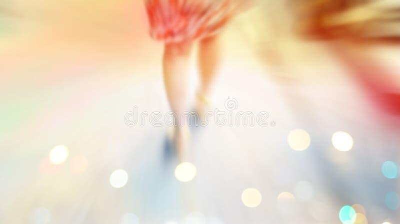 Abstrakcjonistyczny tło, kobieta uliczny spacer, pastel i plamy pojęcie, zdjęcie royalty free