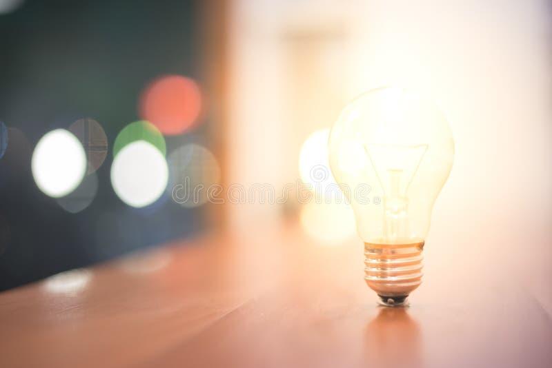 Abstrakcjonistyczny tło kreatywnie pomysłu pojęcie od lightbulb i bokeh, przedmiota projekt z zbożową teksturą obrazy stock
