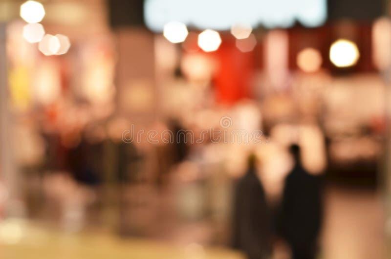 Abstrakcjonistyczny tło - ludzie robić zakupy zamazujący tło zdjęcie stock
