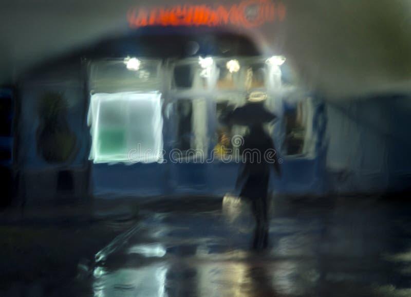 Abstrakcjonistyczny tło, nocy ulica, deszcz, sylwetka obrazy stock