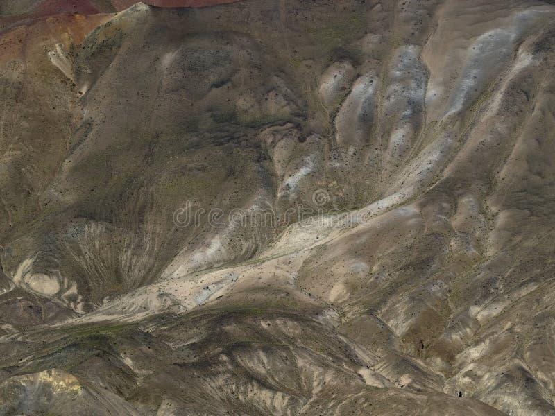 Abstrakcjonistyczny tło od halnego skłonu z meandering płynie skałami brown odcienie obraz stock