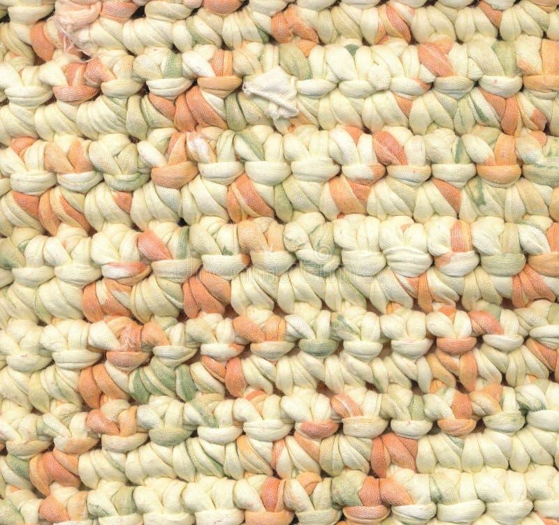 Abstrakcjonistyczny tło - szydełkowy gałganiany dywanik zdjęcia stock