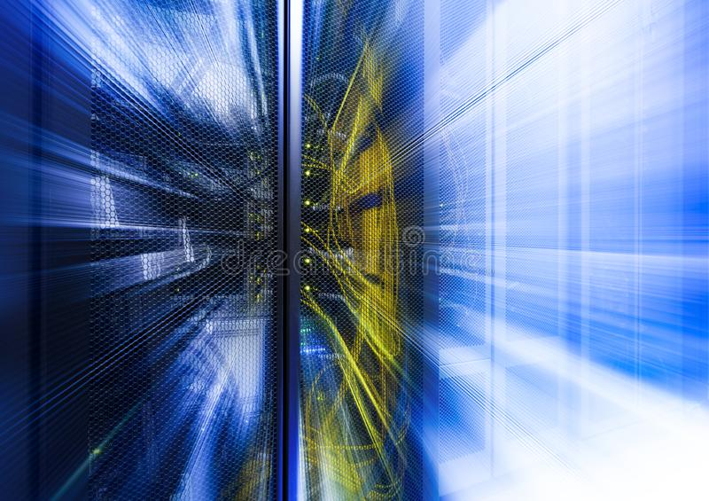 Abstrakcjonistyczny technologiczny tło z światłem, promieniami i promieniowaniem jaskrawymi błękita, Horyzontalni stelarni promie zdjęcia stock