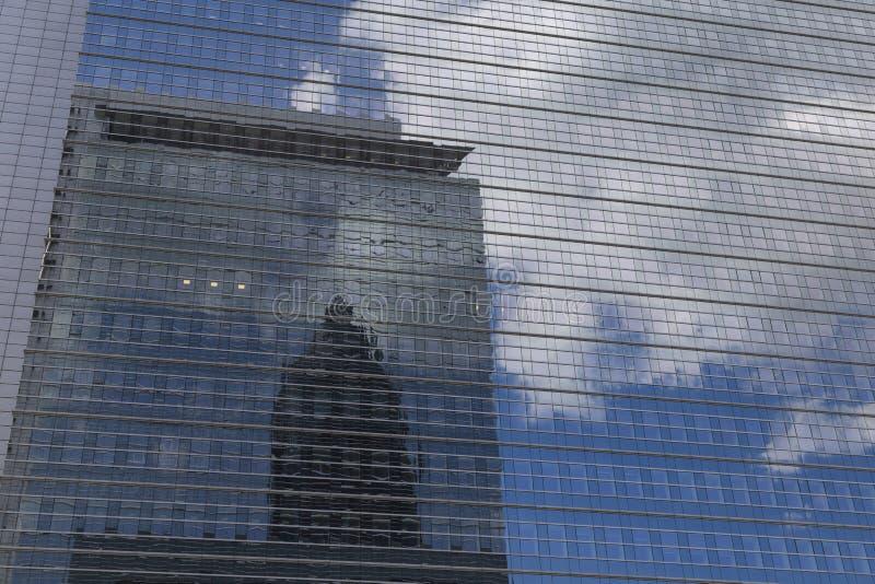 Abstrakcjonistyczny widok nowożytny fasadowy glazurowanie z domowym odbiciem obrazy stock