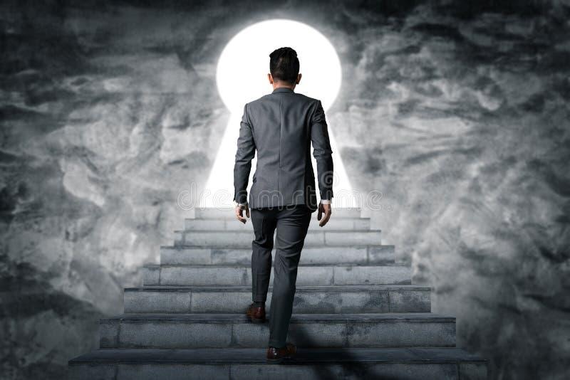 Abstrakcjonistyczny wizerunek biznesmena spacer w górę schodków na dachu Pojęcie nowoczesne życie, biznes, miasta życie i futur, obrazy royalty free