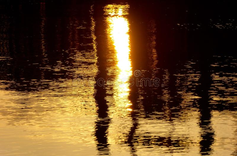 Abstrakcjonistyczny wizerunek odbija daleko woda zmierzchu oświetlenie zdjęcie stock