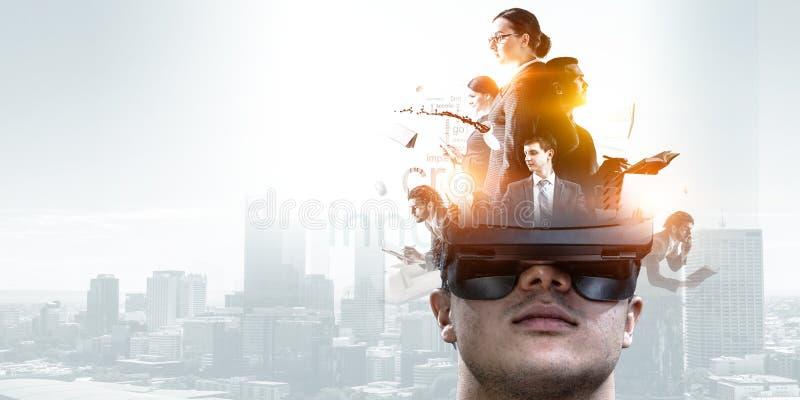 Abstrakcjonistyczny wizerunek rzeczywisto?ci wirtualnej do?wiadczenie, m??czyzna w VR szk?ach zdjęcia royalty free