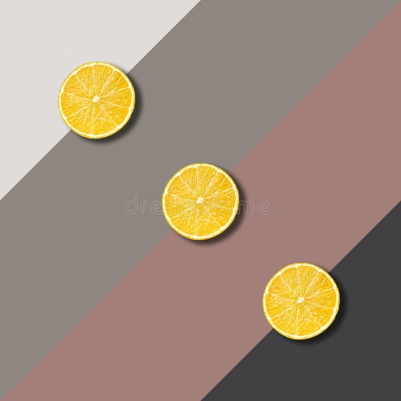 Abstrakcjonistyczny wizerunek z cytryna plasterkami na koloru tle zdjęcia stock