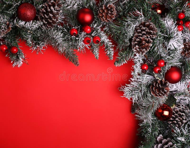 abstrakcjonistycznych gwiazdkę tła dekoracji projektu ciemnej czerwieni wzoru star white Gałąź choinka z sosnowymi rożkami zdjęcia stock