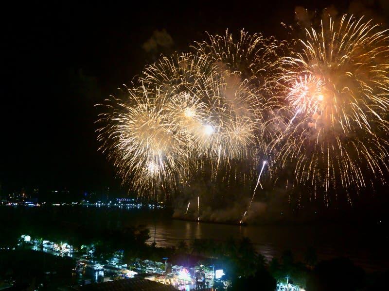 Abstrakcjonistycznych rozmytych t?o fajerwerk?w festiwalu Mi?dzynarodowy przedstawienie 2019 przy Pattaya Tajlandia obraz royalty free