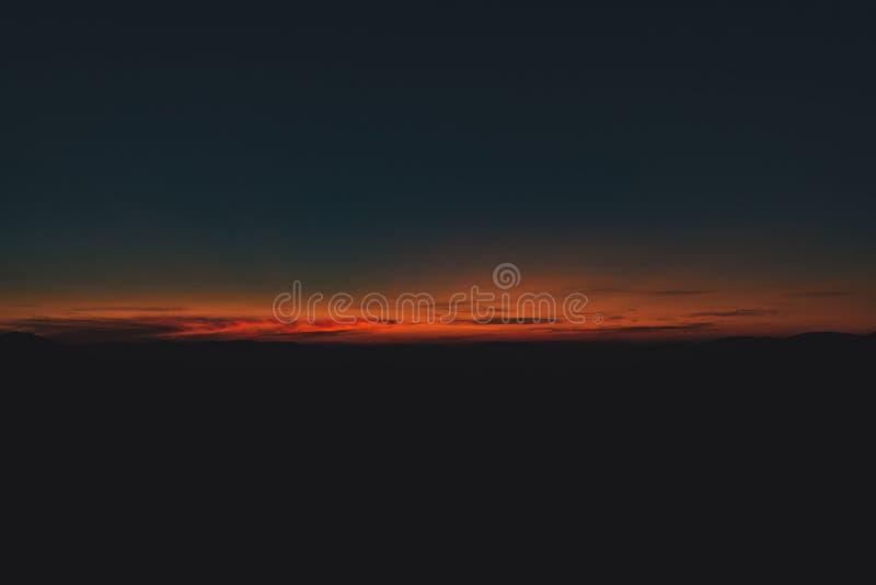 Abstrakcyjny horyzont zachodni zmierzchu światło ciemny niebieski i pomarańczowy kolor nieskoncentrowany surrealistyczny naturaln zdjęcia royalty free