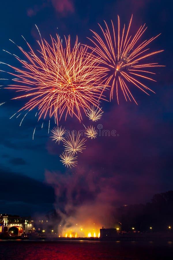 Abstrakcyjny kolorowy obiekt fajerwerków Różnorodność kolorów Miks fajerwerki lub wystrzały świętują wakacje w nocy obrazy royalty free