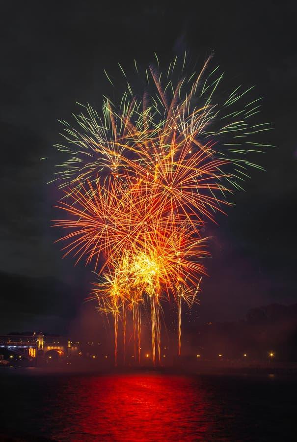 Abstrakcyjny kolorowy obiekt fajerwerków Różnorodność kolorów Miks fajerwerki lub wystrzały świętują wakacje w nocy obrazy stock