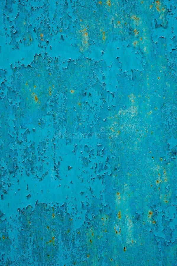 Abstrakcyjny, zarysowany odcinek drzwi garażowych starego metalowego garażu, niebieski z małymi plamkami rdzy Odcinek drzwi gar obraz stock