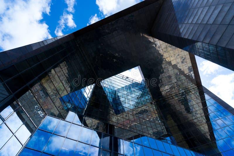 Abstrakt affärskontorsbyggnad i London royaltyfria foton