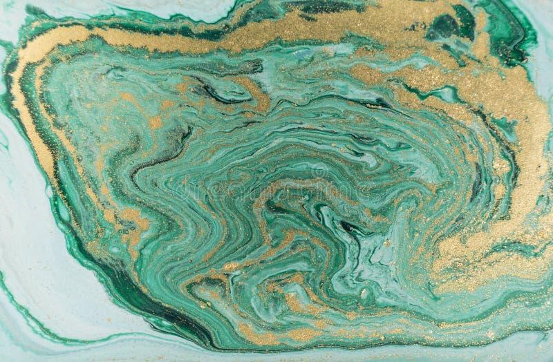Abstrakt akrylbakgrund för marmor Grön marmorera konstverktextur för natur blänka guld- arkivbild