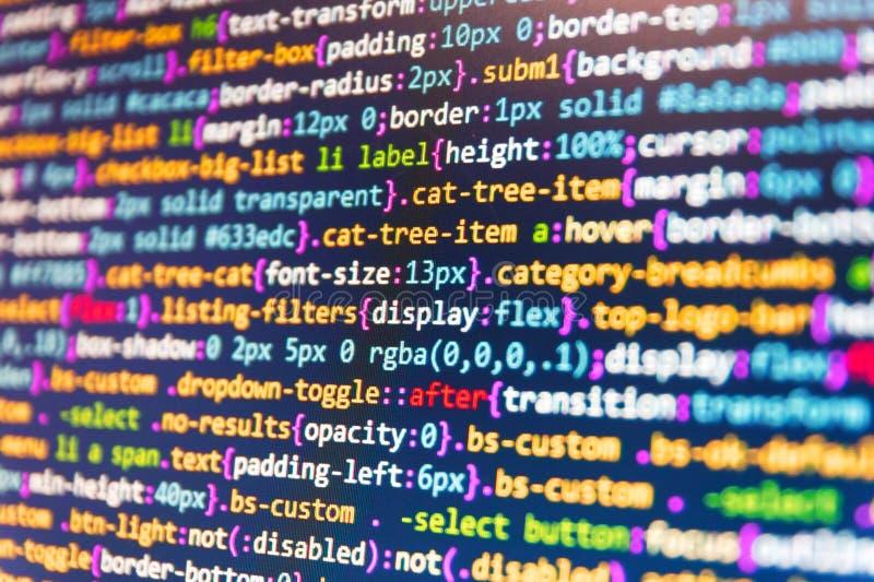 Abstrakt algoritmbegrepp för källa Programmerare som arbetar på datorskärmen PHP och kodifierateknologier Html-kod på bärbar dato arkivfoton