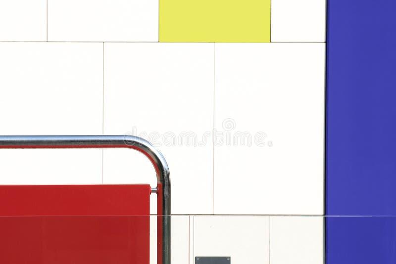 abstrakt arkitekturbakgrund Den kulöra väggen med rött, vitt, gör grön, blåttfärger och tömmer kopieringsutrymme royaltyfri fotografi