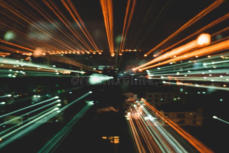 Abstrakt bakgrund av den hög hastigheten som reser i stad royaltyfria bilder