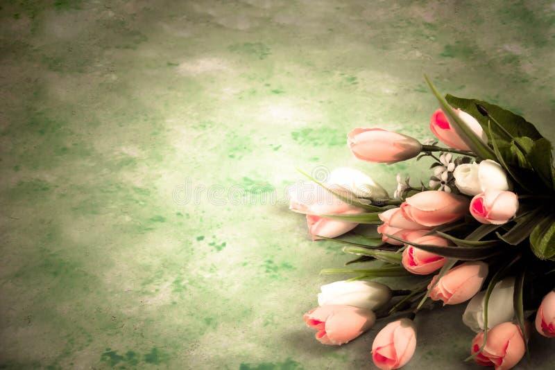 Abstrakt bakgrund av en bukett av rosa tulpan på en trätabell royaltyfria foton