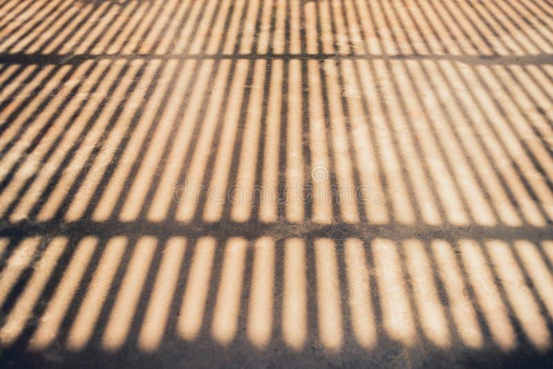 Abstrakt bakgrund av en vit vägg med blind skugga från wen arkivbild