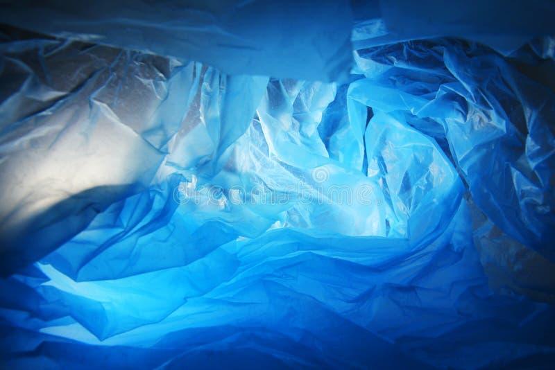 Abstrakt bakgrund av insidorna av en blå plastpåse arkivfoton