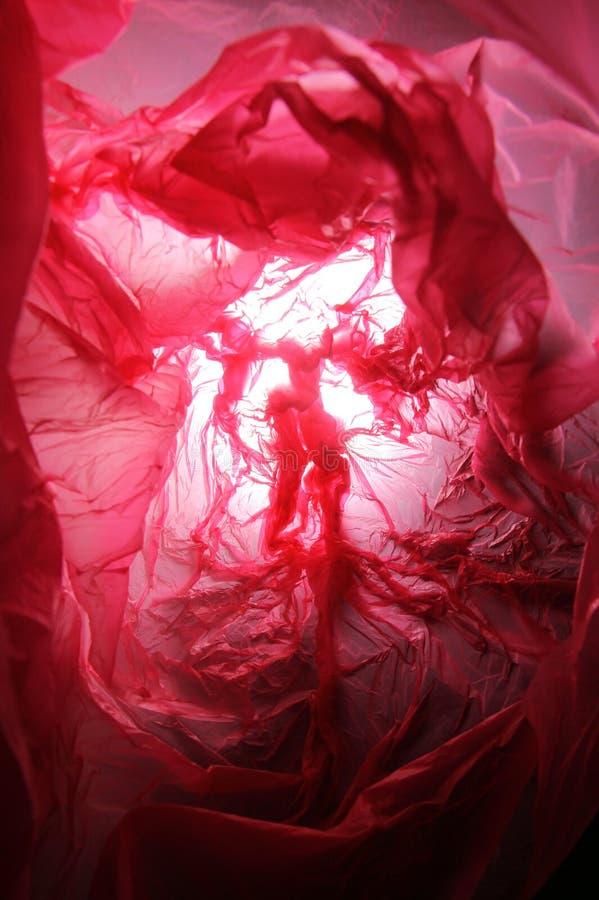 Abstrakt bakgrund av insidorna av en röd plastpåse - serie 2 arkivbild