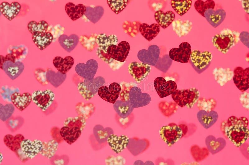 Abstrakt bakgrund avbildar selektivt fokuserar rosa hjärtor arkivfoton